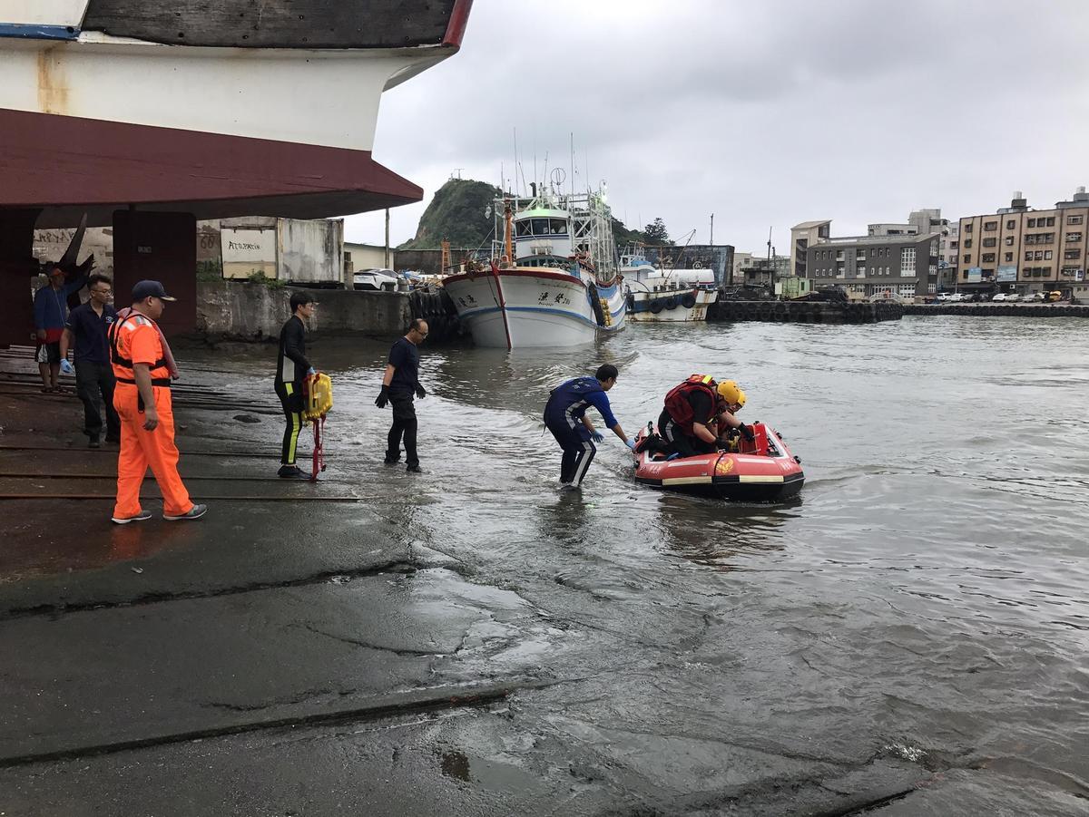 11時20分許,又有2名釣客遭大浪捐入海中,救難人員緊急出動救援。(翻攝畫面)