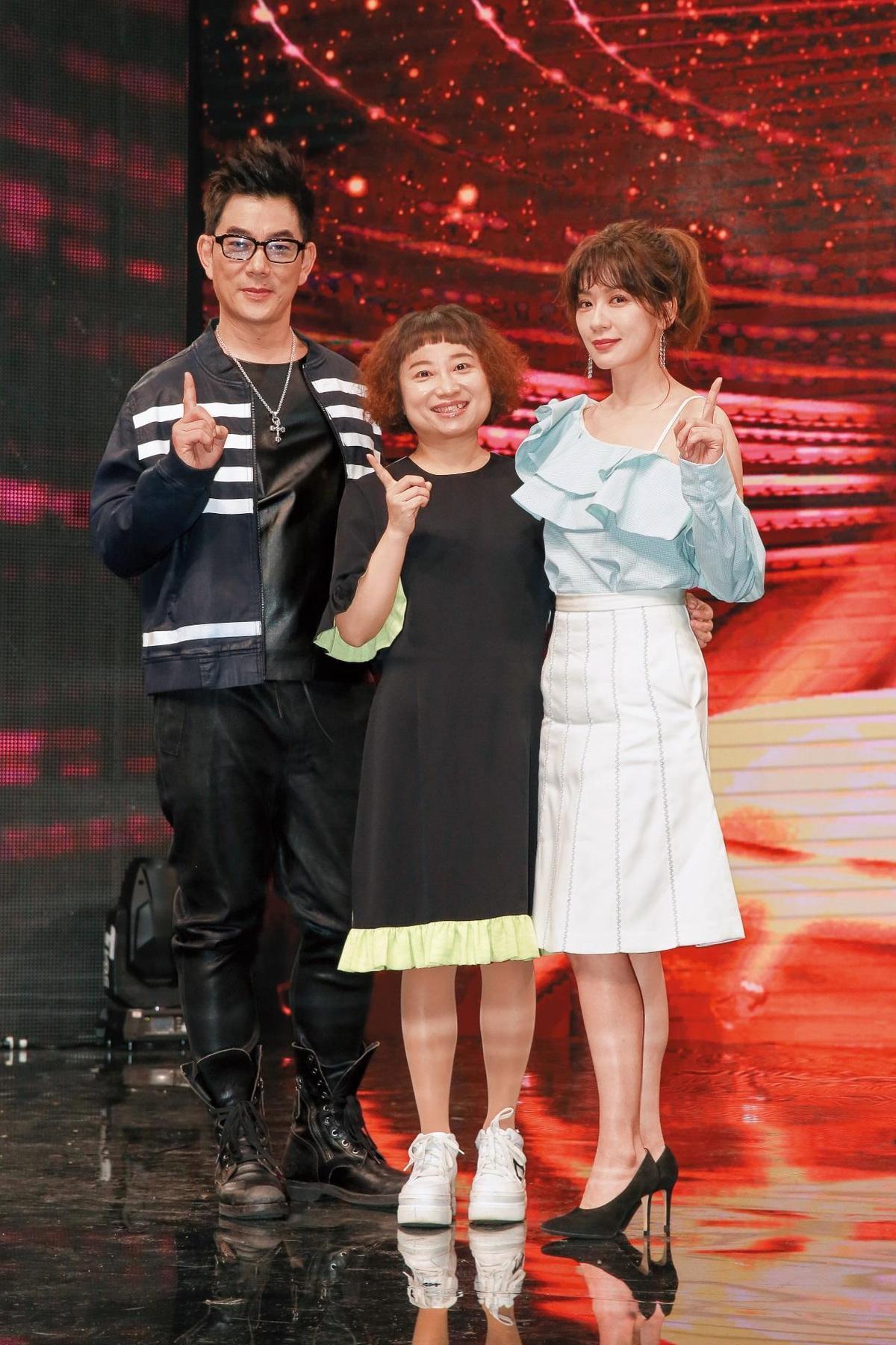 《我要當女一》是為大陸作家饒雪漫(中)的小說《唱情歌》徵選網劇女主角,她為節目特地來台,與任賢齊(左)、賈靜雯(右)當評審。(TVBS提供)