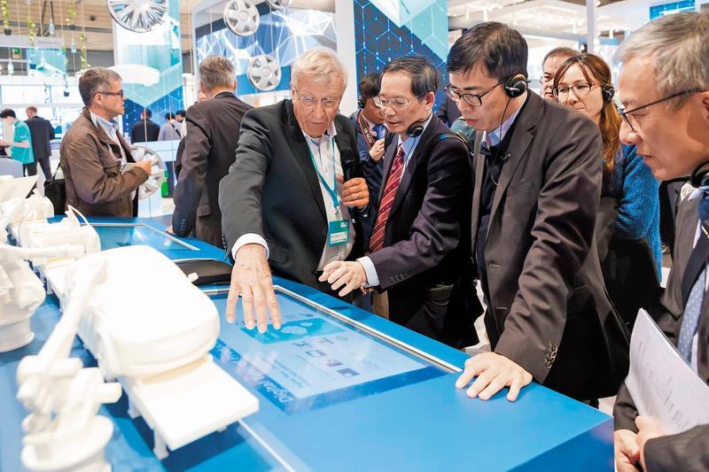 陳其邁4月底前往德國參觀漢諾威工業博覽會,還體驗與桌球機械人對打。(翻攝陳其邁臉書)