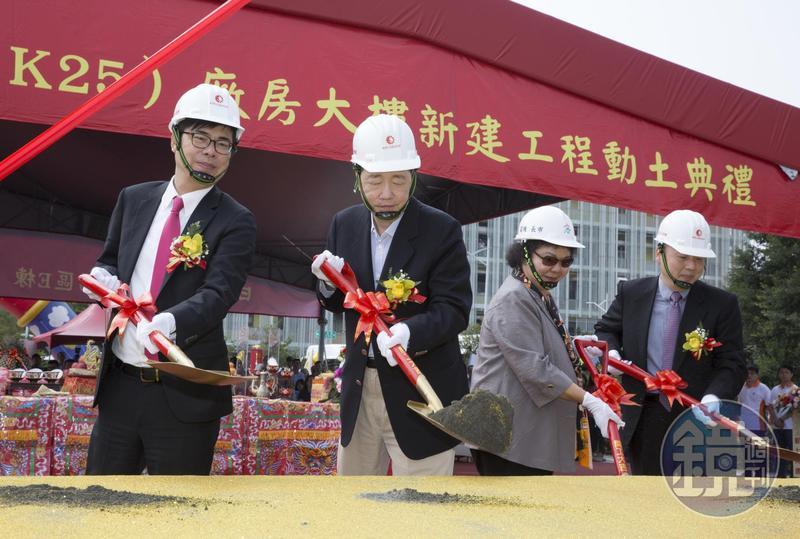 陳其邁(左一)認為「花媽」陳菊(右二)讓高雄從重工業汙染城市逐漸轉型成為宜居城市,功不可沒。