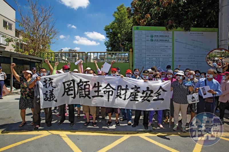 高雄市鐵路地下化鳳山段部分,五十多位忠孝里居民不滿施工毀民宅,拉布條陳情抗議。