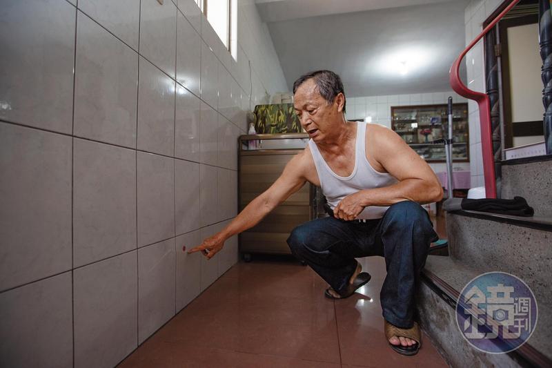 鳳山區忠孝里鍾先生住家因施工造成傾斜、磁磚龜裂,大門無法關閉,家中還遭小偷,損失了8萬元。