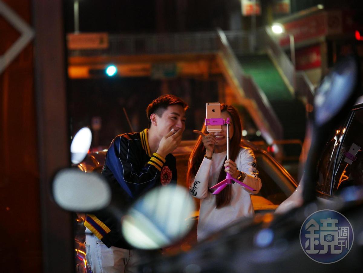 吳玟萱跟阿弟仔朋友在路上玩直播,像個好姊姊一樣幫弟弟整理儀容。