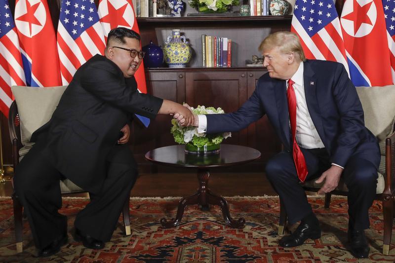這是歷史性的一刻!6月12日,北韓領導人金正恩與美國總統川普在新加坡聖淘沙島上舉行會談。這是歷史上美朝兩國領導人破天荒的首次會晤。(東方IC)