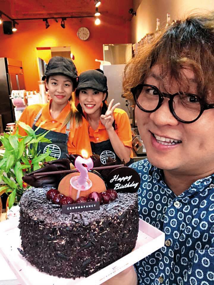 納豆投資手搖飲料店「良辰吉時」生意興隆,他希望未來能展店到百家。(翻攝自納豆臉書)