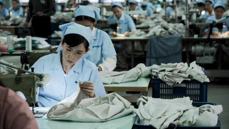 時代迷你劇《奇蹟的女兒》以70年代女工故事為背景,劇組找來60多台1978年前生產的裁縫機,打造出工廠生產線。(公視提供)