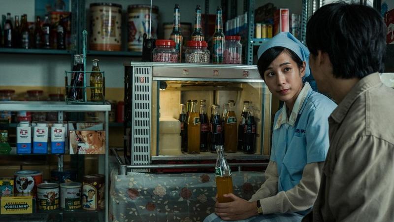 舊式飲料冰櫃、玻璃汽水罐、明星花露水等道具佈置成的福利中心,成為劇中女工溫貞菱的休憩地。(公視提供)