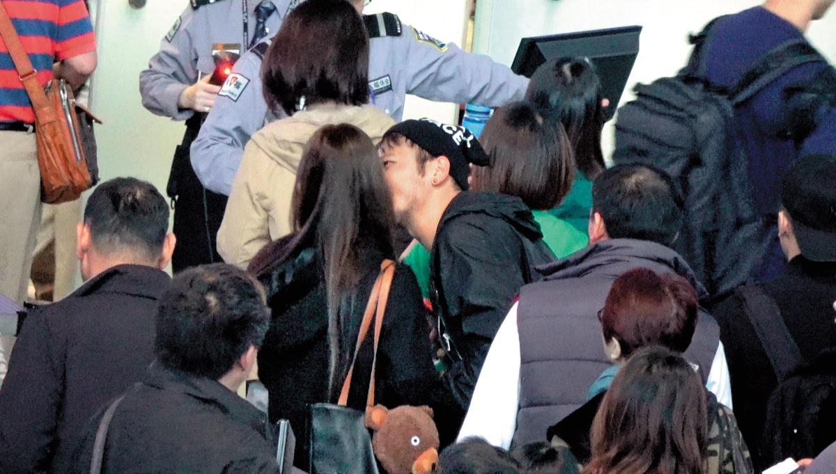抱到興致勃勃,KID甚至在大批旅客之中,直接親上許維恩的臉。(讀者提供)