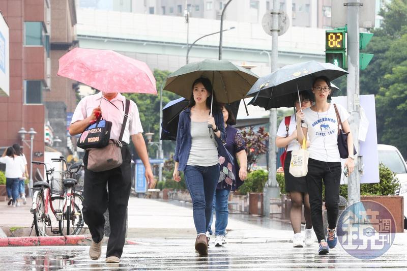 週三下半天開始,西南風直接對準台灣,有如颱風過後引發的西南氣流。