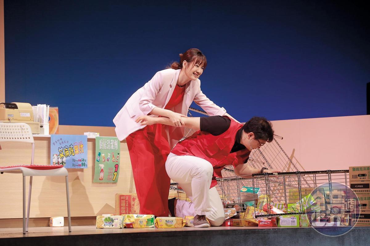 安心亞(左)女後男前,而且男還趴著的體位,頗有狗爬式風情;不久前蕭敬騰跟林宥嘉才上演過了一次。