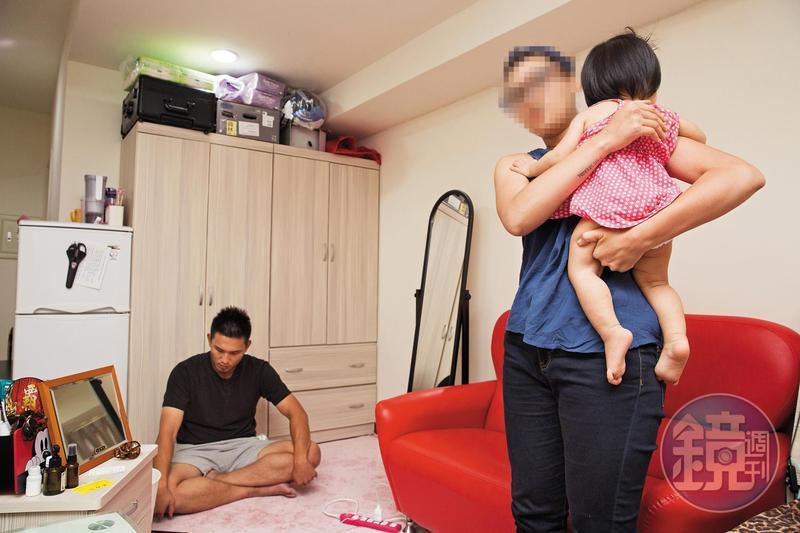 黃勝雄被開除之後,身邊友人跳出來幫他澄清,黃勝雄乾姐(右)居中協調,還提供自己住的套房讓黃勝雄接受訪問。