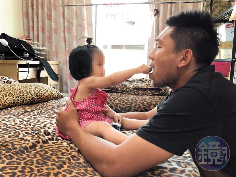 黃勝雄和老婆結婚一年雖然沒生小孩,但是黃勝雄對乾姐的小孩視如己出,感情非常親密。