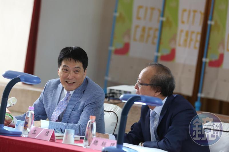 統一超今天上午在台南召開股東會,由董事長羅智先(左)主持。