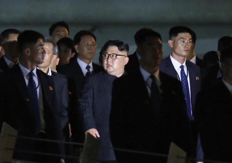 北韓領導人金正恩11日在新加坡外長維文等人的陪同下,夜遊濱海灣金沙酒店等地。(東方IC)