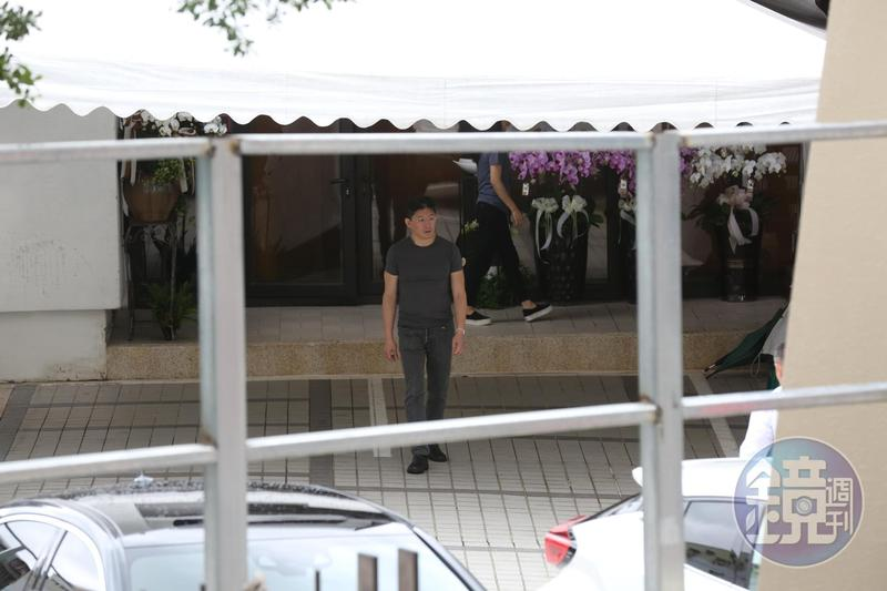 林堉璘欽點的接班人、三子林鴻南在現場忙進門出,表情哀戚。