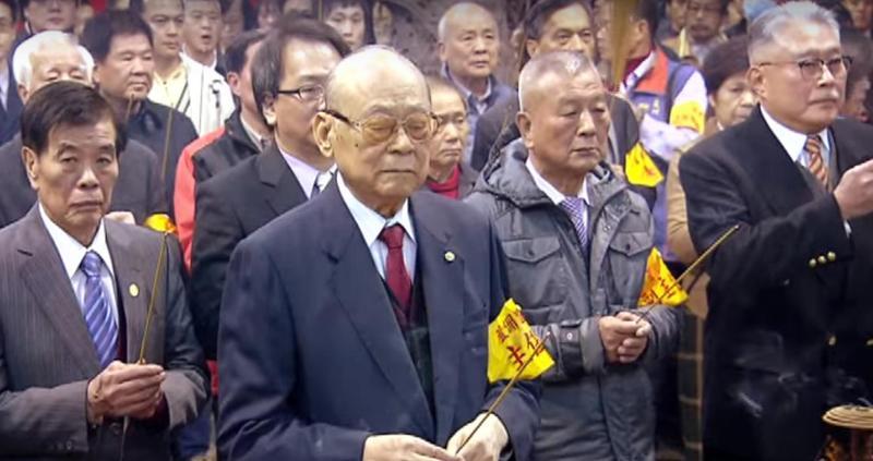 林堉璘(前排1)虔誠信奉蘆洲湧蓮寺, 前年是他最後一次公開在湧蓮寺抽國運籤。(翻攝東森電視)