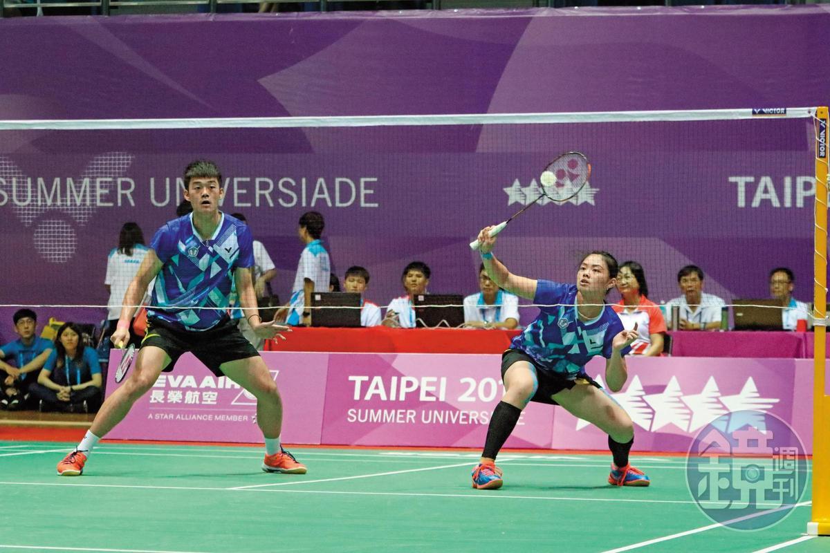 大同高中校友李佳馨(左)在去年世大運與王麒麟搭檔,順利贏得羽球混雙金牌。