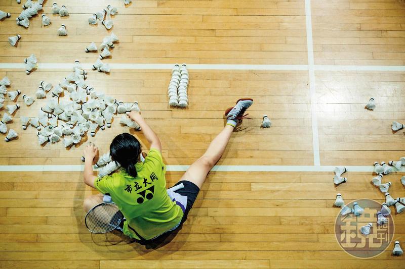 大同高中羽球隊每日練習5、6小時,選手們用手腳的厚繭磨出傲人表現。