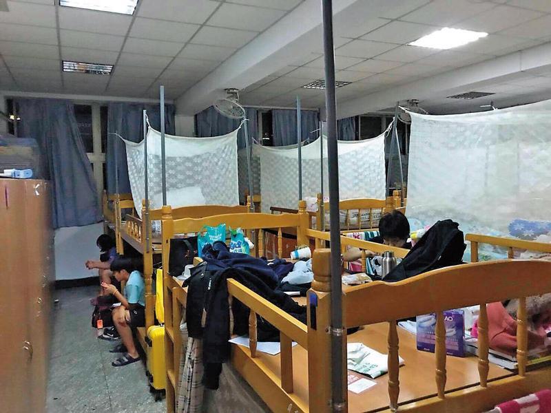 大同羽球隊學生住的簡陋「宿舍」是由休息室改造,每月繳的1千元宿舍費卻從未上繳學校。(陳孋輝提供)