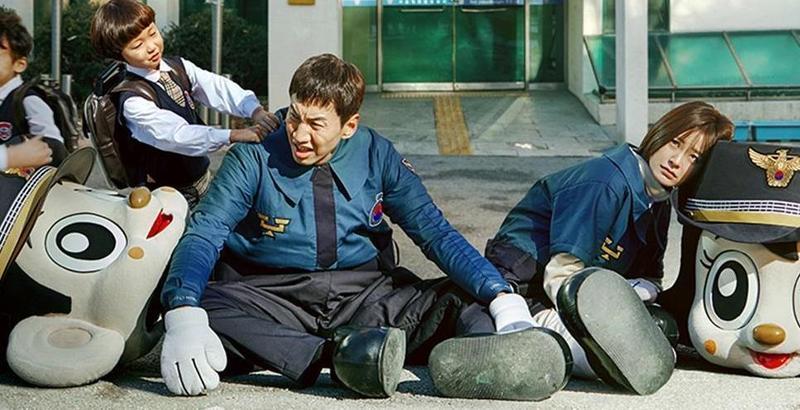 李光洙(左)、鄭有美主演的《LIVE:轄區現場》,大結局在韓國創下相當於有線電視率近30%的超高收視率。(Netflix提供)