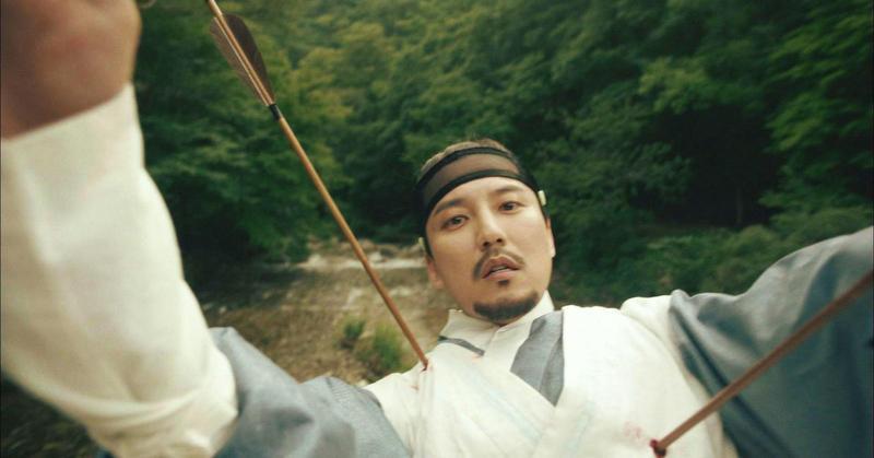 金南佶在《名不虛傳》中藉由死亡穿梭古今,被網友戲稱為「專業領便當戶」。(東森戲劇台提供)
