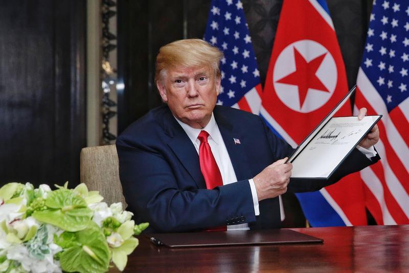 川普展示了與金正恩會談後雙方共同簽署的宣言。(東方IC)