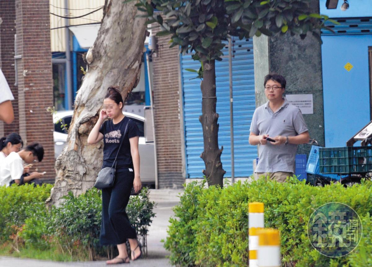 6月2日15:01,連勇智(右)與何女(左)一起走出燒臘店,行事小心的2人刻意一前一後上車。