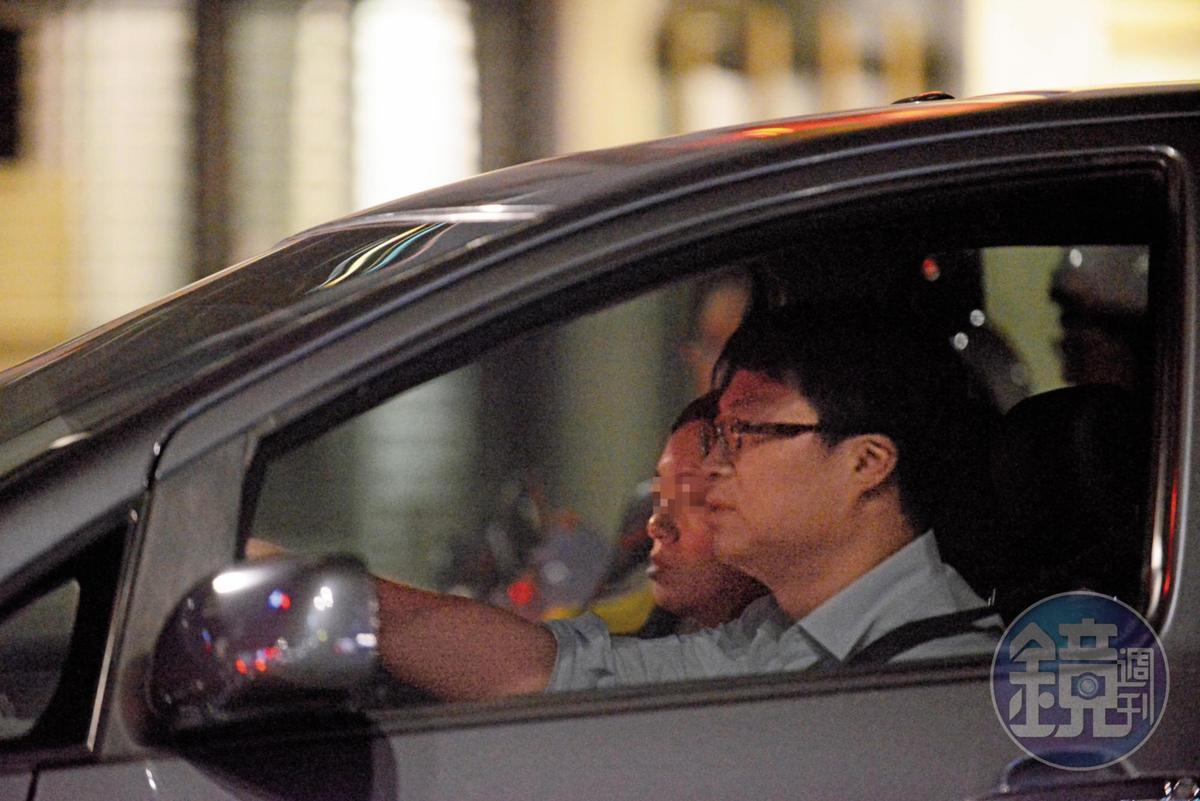 5月31日21:47,連勇智(右)與何女(左)下班後也會一前一後搭電梯至停車場,避人耳目後才一起上車回家。