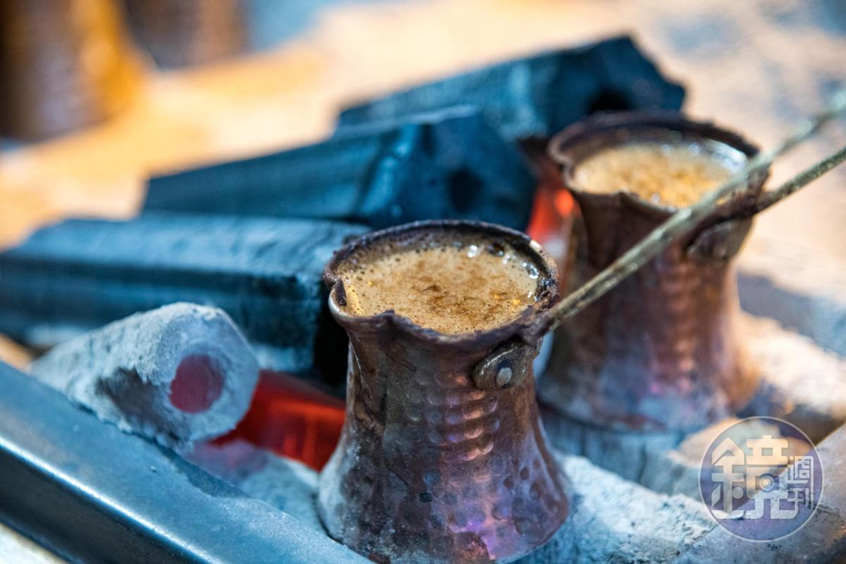 一杯道地的土耳其咖啡,必須將盛好咖啡粉的杯子注入冷水,放在炭火上大火煮滾。