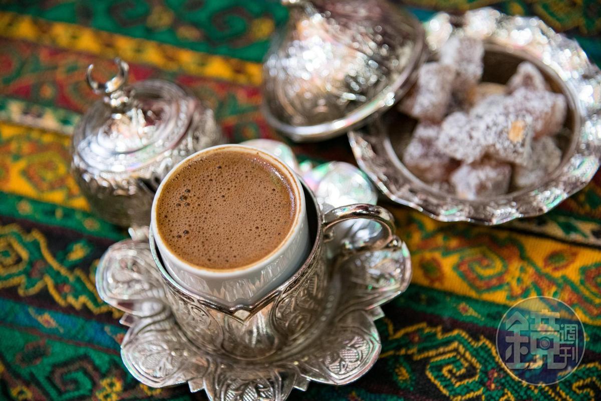 講究的咖啡店會在咖啡杯外,再套上一層銀色外杯。