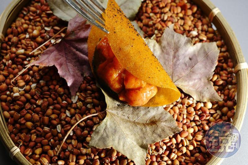 「四周柿與海膽」將柿子泥壓平烤成瓦片,包進同為橘色系的海膽,口感一脆一軟相映成趣。