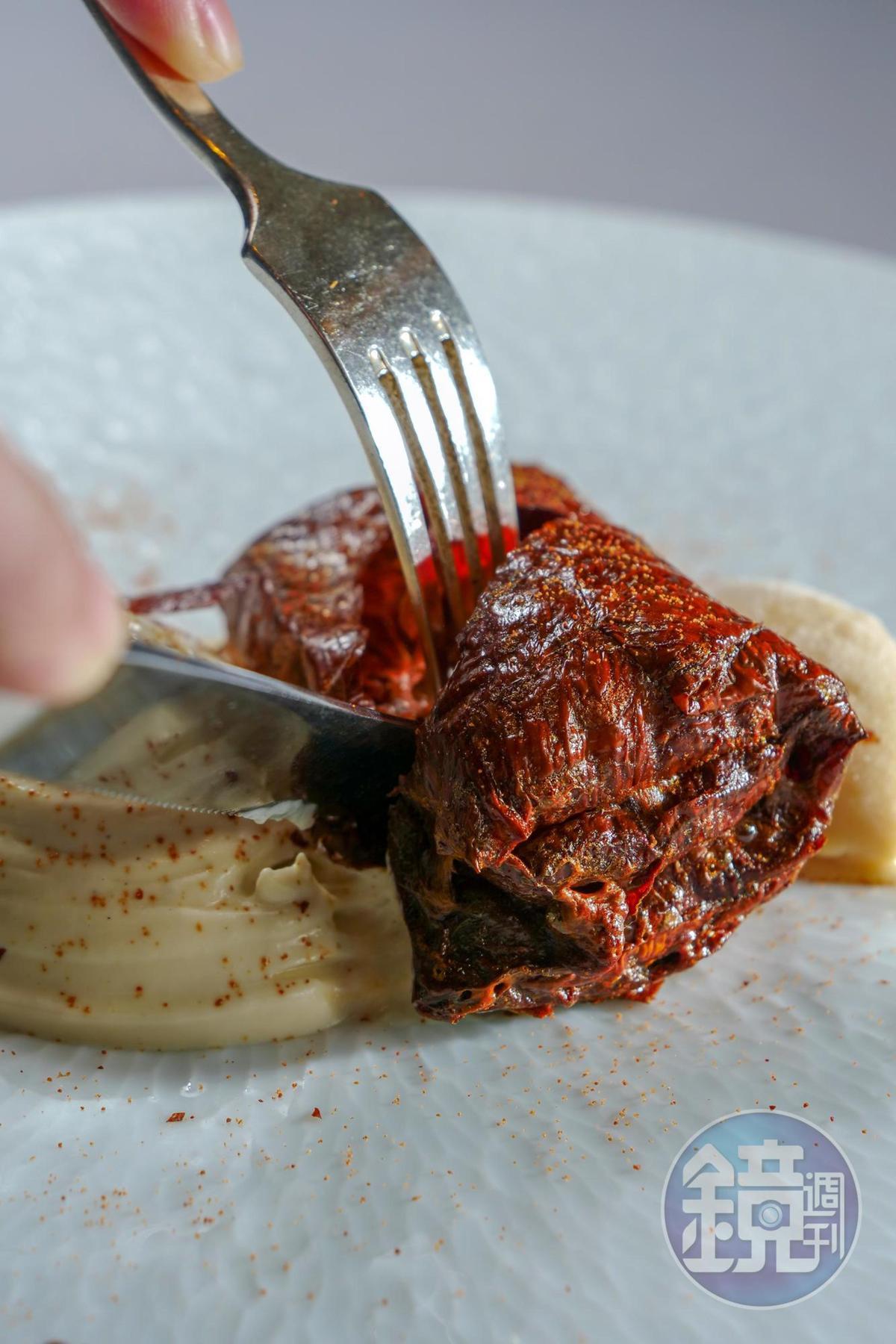 「豆腐千層酥」選用深坑豆皮,多次反覆折疊烘烤,焦香味突出。