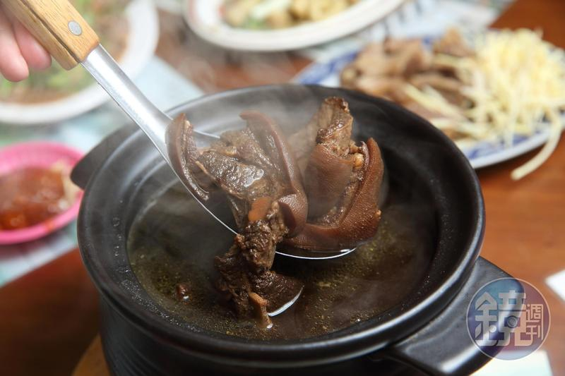 稻殼燻羊肉色澤極深,中藥味濃,肉質軟嫩不柴澀。(古法燻羊肉,800元)