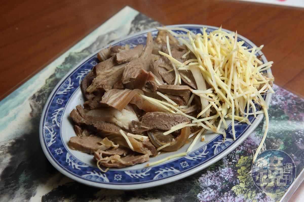 帶皮的羊三層肉滷過切盤,口感軟Q不肥膩。(200元)