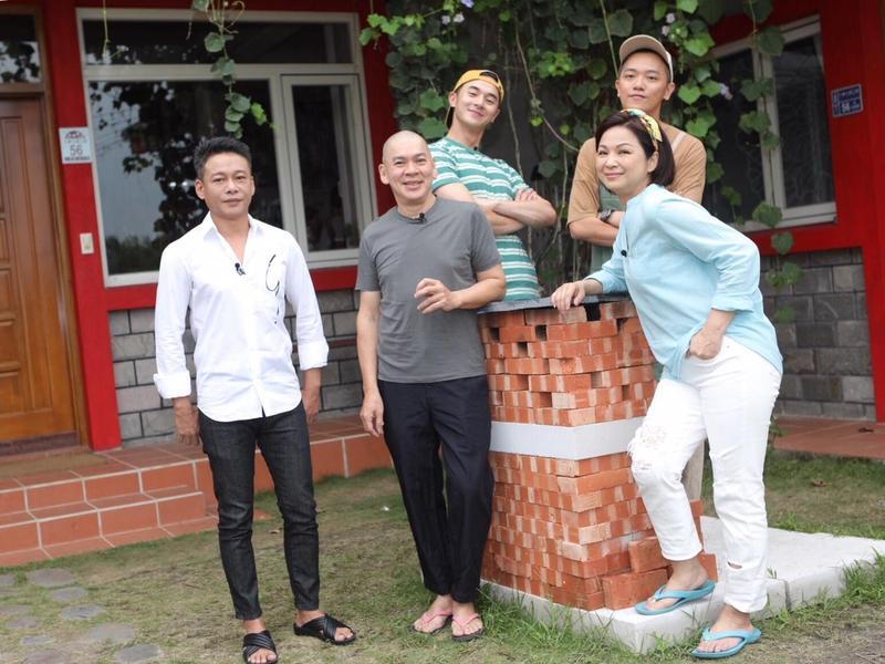 楊貴媚與張軒睿(後排左)合作實境節目,特別來賓邀請到導演蔡明亮與演員李康生。(公視提供)