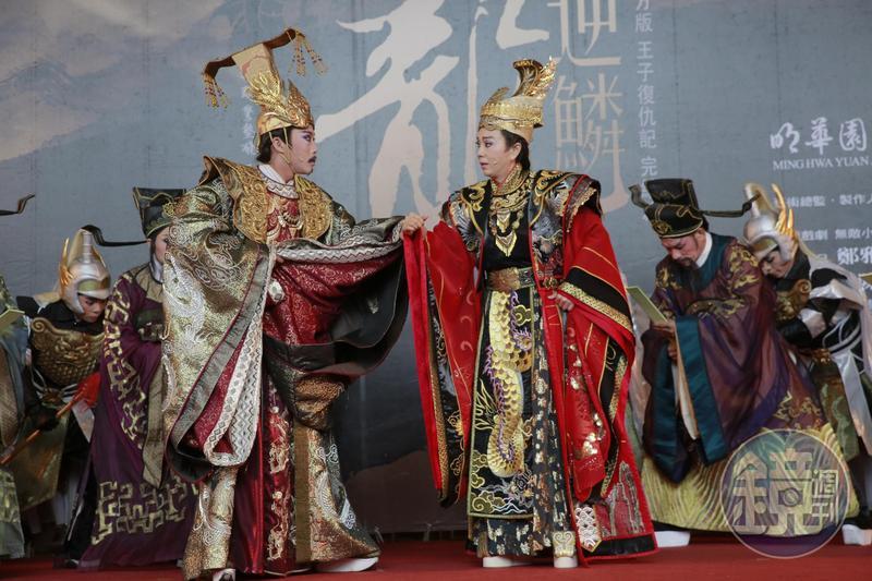孫翠鳳(右)與陳子豪(左)在《龍逆麟》飾演父子,陳子豪超齡演出頗有壓力。
