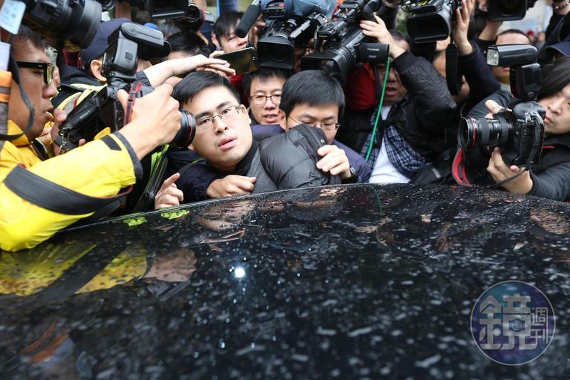 檢調偵辦王炳忠案,意外查出王透過曾姓祕書將從中共方面取得的外幣兌換成新台幣以發展共諜組織。