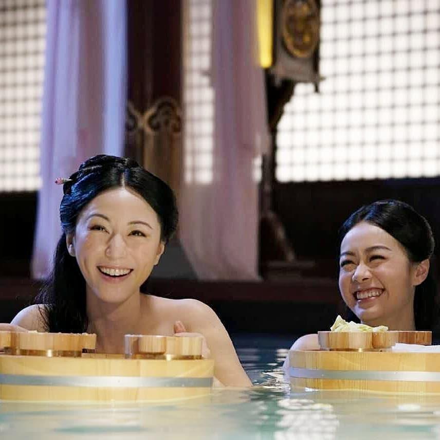 戲中剛開始,劉心悠(左)還是宮女一名,還有出浴戲份。(翻攝自劉心悠臉書)