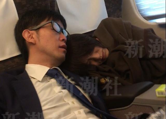 今井繪理子不久前跟已婚男議員在新幹線上「爆睡」,即大睡特睡之意,媒體也戲稱此段孽緣為「爆睡不倫」。(翻攝《週刊新潮  》)