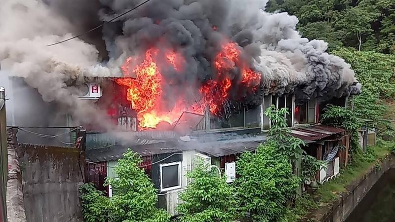 北市和平東路三段一處鐵皮屋今上午8時許傳出火警,現場濃煙密布。(北市消防局提供)