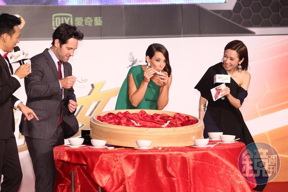 電影公司還將傳統喜慶請客的「辦桌」文化擺上舞台,原來要他們吃迷你版的珍珠奶茶及小籠包。