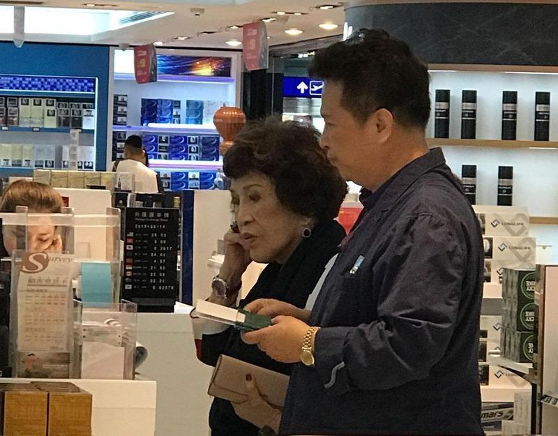 周遊(左)和李朝永14日搭早班飛機赴上海。(讀者提供)