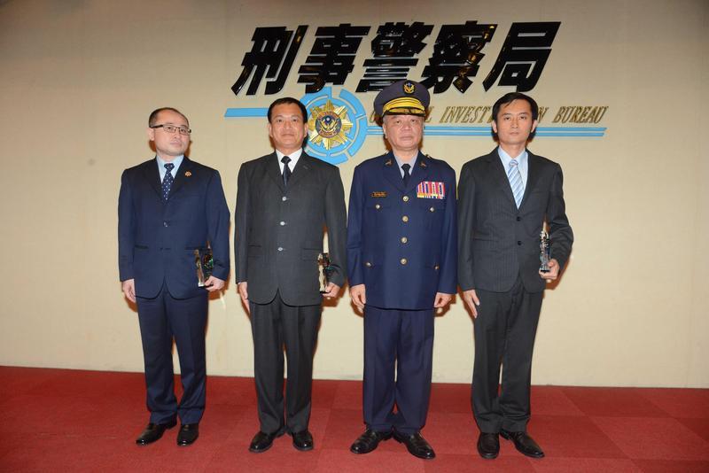 刑事局舉辦警察節慶祝活動,模範警察陳詰昌(左一)、蘇信雄(左二)、李奇勳(右一)獲獎。(刑事局提供)