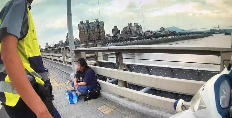 一名喃喃自語要找「離世老友」的女子蹲坐士林百齡橋橋頭。(翻攝畫面)