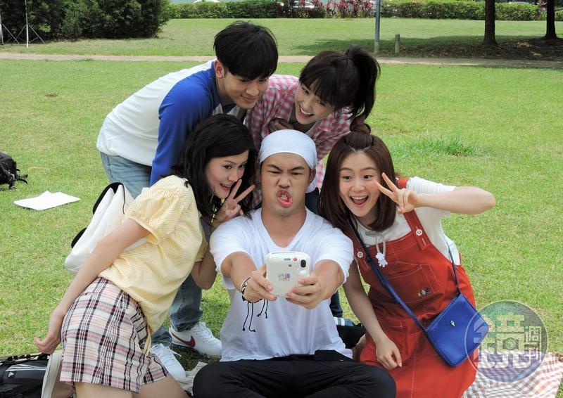 邵雨薇、吳思賢、陳大天、李婕、楊小黎邊野餐邊玩自拍,青春極了  。(東森提供)