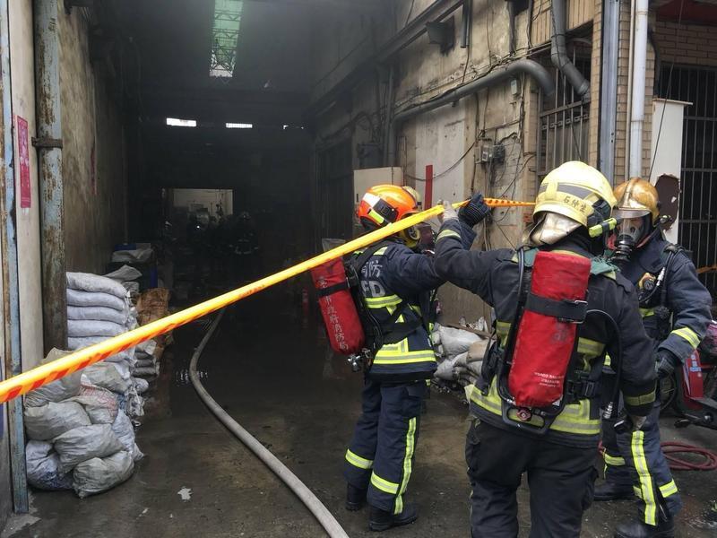 清理火場時,在宿舍區發現一具焦屍。(消防局提供)