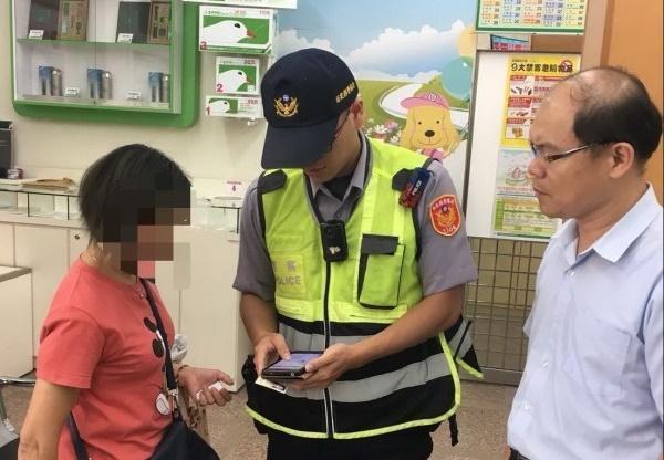 警方查看許女(左)手機LINE聊天紀錄,都是甜言蜜語。