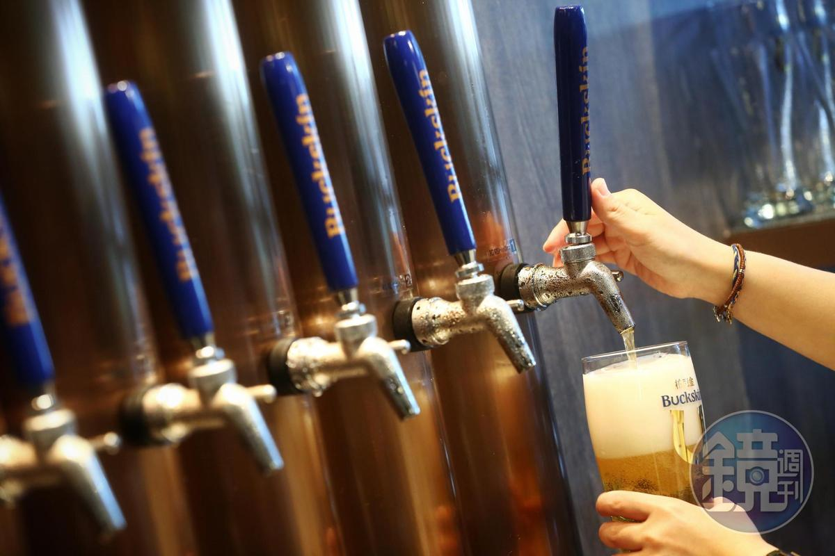 BUCKSKIN BEERHOUSE柏克金啤酒餐廳可喝到12款在地鮮釀正統德式啤酒。