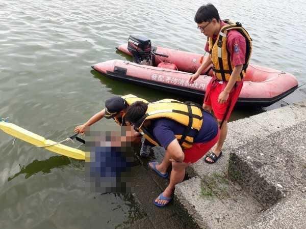 宜蘭冬山河飄「塑膠套頭屍」,由於浮屍呈俯臥姿勢一度被辨識為男性,由於塑膠袋套頭被懷疑為死因不單純。(翻攝畫面)
