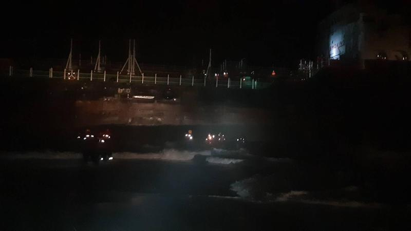 因為鋒面過境導致強風豪雨,斐濟籍WINNER 19擱淺在高雄港旁沙灘上,海巡搶救受困船員。(海巡提供)